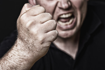 aggressives Drohen Kopf seitlich