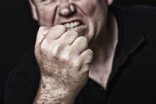 aggressives Drohen frontal