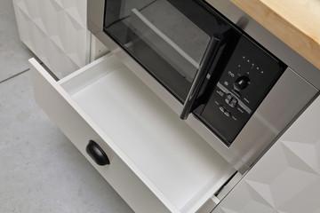 four à micro-ondes dans cuisine équipée