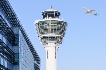 Ingelijste posters Luchthaven Munich international airport control tower and departing taking off
