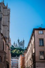 La Basilique Notre-Dame de Fourvière à Lyon vu de la place Saint-Jean
