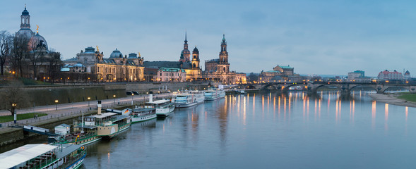 Fotomurales - Night panorama of Dresden Old town with reflections in Elbe river and passenger ships