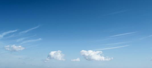 Template con delle nuvole nel cielo azzurro