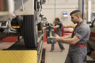 Autowerkstatt,Kfz-Werkstatt,Technik,prüfen,Gemeinsam,arbeiten,Reifenwechsel