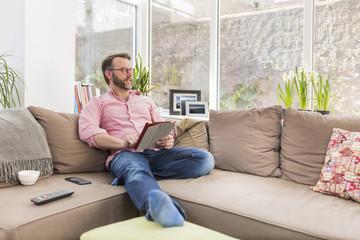 Sofa,Mann,Technologie,entspannt,Wohnen,Wohnzimmer,Zuhause