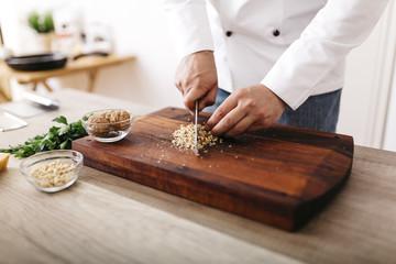 Koch,kochen,Walnuss,schneiden,Ravioli,Gastronomie,Nuss