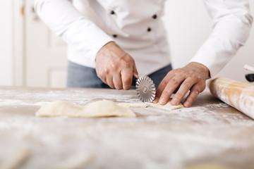 Koch,kochen,schneiden,Ravioli,Gastronomie,Mehl,Frische
