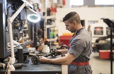 Autowerkstatt,Kfz-Werkstatt,Reparatur,prüfen,arbeiten,reparieren,Linse