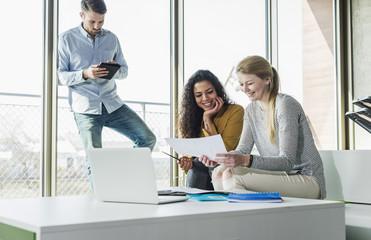 Kollege,Geschäftsfrau,Geschäftsmann,Dokument,Fenster,Laptop,arbeiten