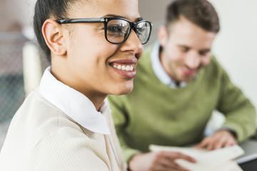 arbeiten,Zuversicht,Geschäftsbesprechung,Business,Geschäftsfrau,Kollege,lächeln