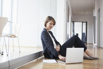 arbeiten,Korridor,sitzen,Flur,Boden,Business,Geschäftsfrau
