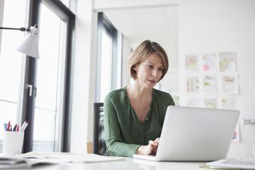 Schreibtisch,arbeiten,Aufmerksamkeit,Konzentration,ansehen,Business,Geschäftsfrau