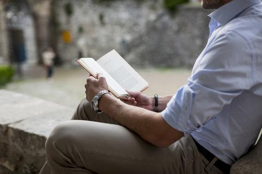 Buch,Hemd,lesen,sitzen,entspannt,Freizeit,Hobby