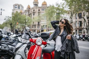 Motorroller,Sonnenbrille,lächeln,Zufriedenheit,stehen,Stadt,Urban