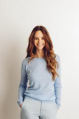 Portrait,weißer Hintergrund,Schönheit,braune Haare,attraktiv,glücklich,Zuversicht