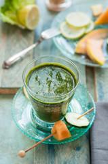 bicchiere con bevanda depurativa verde