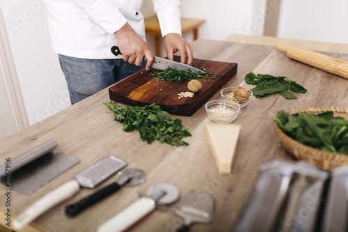 koch kochen spinat walnuss parmesan schneiden ravioli imagens e fotos de stock royalty free no. Black Bedroom Furniture Sets. Home Design Ideas
