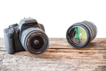 Spiegelreflexkamera und Objektiv auf Hozuntergrund, freigestellt