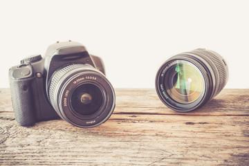 Spiegelreflexkamera und Objektiv auf Hozuntergrund