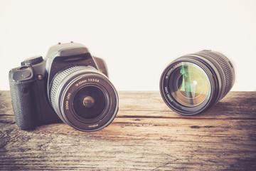 Spiegelreflexkamera und Objektiv auf Holzuntergrund, Vignettierung