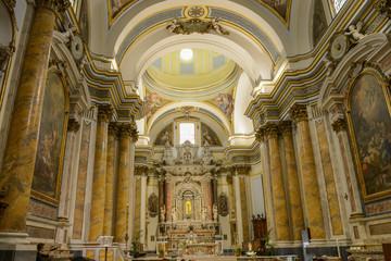Madonna ed interno di una chiesa