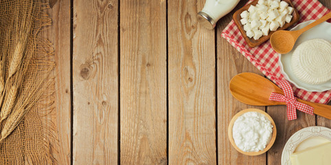 Poster Produit laitier Farm fresh dairy products on wooden table. View from above. Flat lay