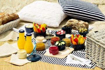 Photo sur Toile Pique-nique Summer picnic on the beach. Serving picnic utensils blue with ve