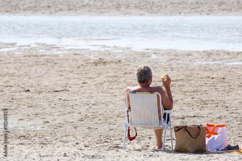 mann relaxed im liegestuhl am strand stockfotos und lizenzfreie bilder auf bild. Black Bedroom Furniture Sets. Home Design Ideas