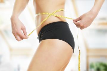 Frau nach erfolgreiche Diät - Bauchumfang