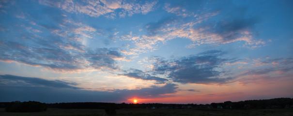 Sonnenuntergang bei bewölkten Himmel