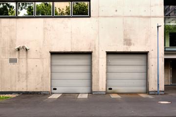Garage Einfahrt in Gebäude mit Videoüberwachung