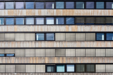 Gebäudefassade mit vielen Fenstern