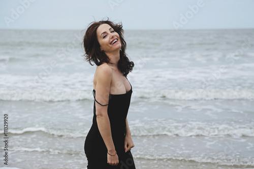 Femme brune en robe noire