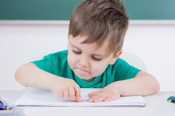 kleiner junge in der vorschule