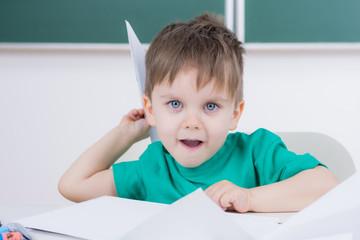 junge spielt mit papier
