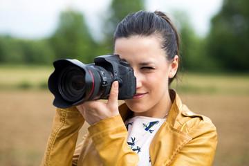 Bella ragazza che fa una foto