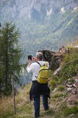 Uomo in vacanza fotografa il paesaggio