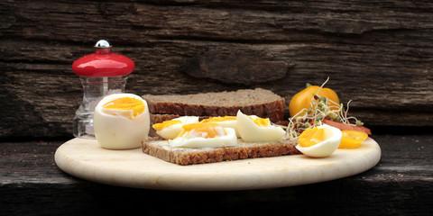frühstücksstillleben mit ei