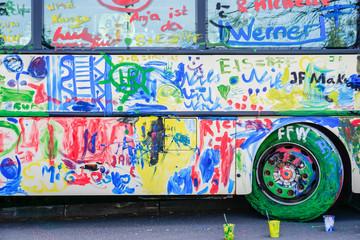 Von Kindern angemalter Bus