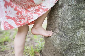 木登りをする女の子の足