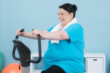 adipöse frau stärkt ihren kreislauf mit cardio training
