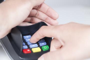 PIN Code verdeckt in EC Karten Lesegerät eingeben