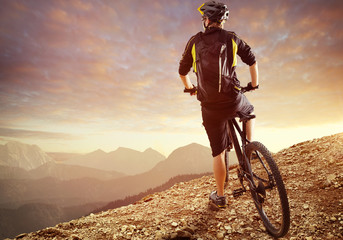 Biker genießt Ausblick in den bergen