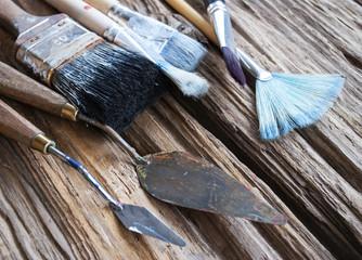 Gebrauchte Pinsel in verschiedenen Stärken auf Holz / Treibholz Hintergrund