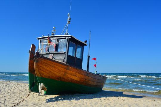 Fischerboot am Ostseestrand im Sand verankert