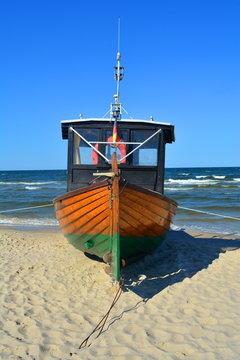Fischerboot auf der Insel Usedom am Strand der Ostsee