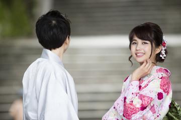 お寺の階段で立つカップル