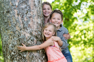 Drei Kinder beim spielen im Park