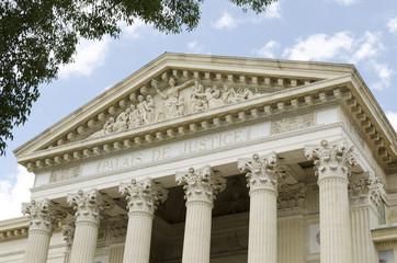 Ancien palais de justice avec des colonnes