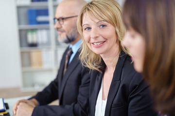 kollegen in einem meeting im büro